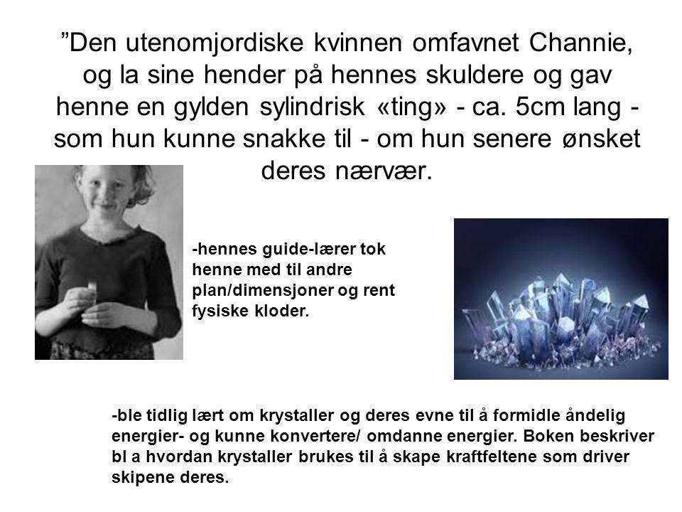 Den utenomjordiske kvinnen omfavnet Channie, og la sine hender på hennes skuldere og gav henne en gylden sylindrisk «ting» - ca.
