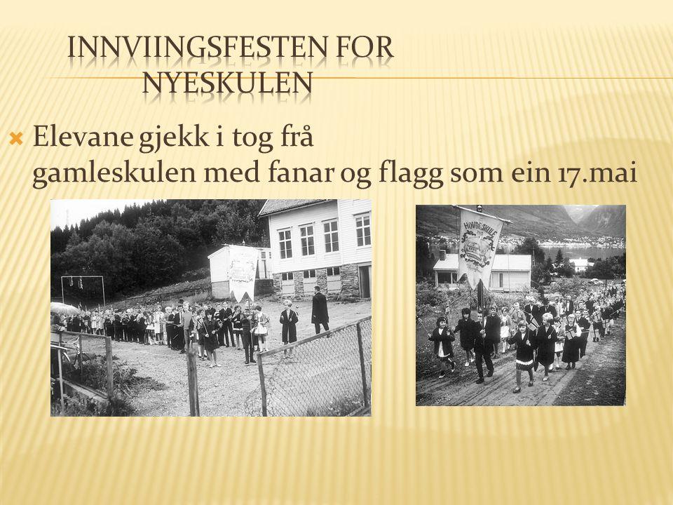  Elevane gjekk i tog frå gamleskulen med fanar og flagg som ein 17.mai