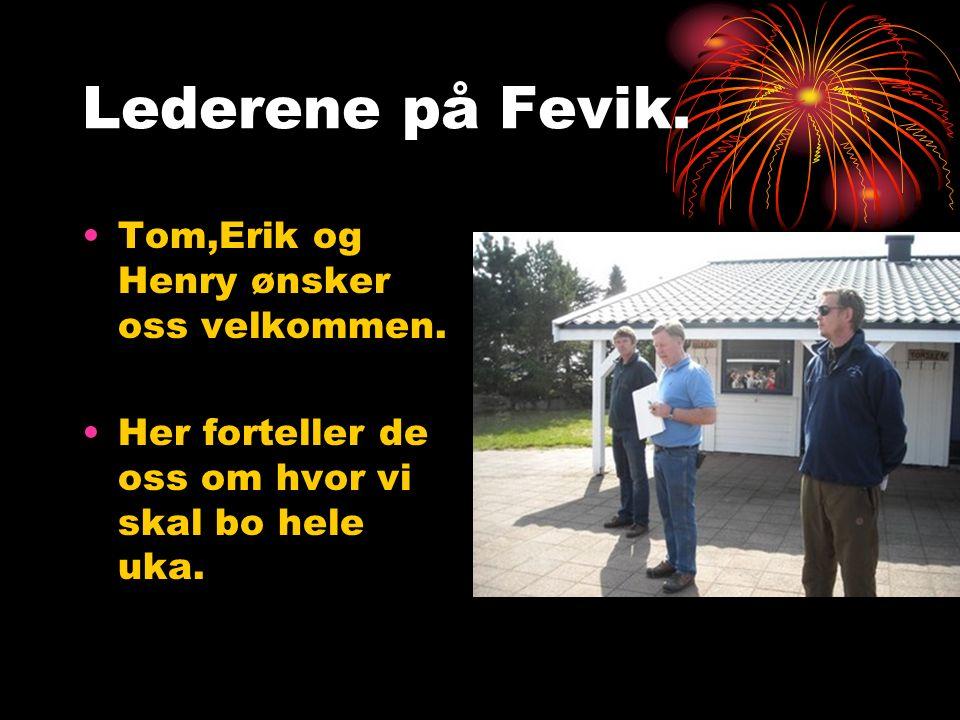 Lederene på Fevik. Tom,Erik og Henry ønsker oss velkommen. Her forteller de oss om hvor vi skal bo hele uka.