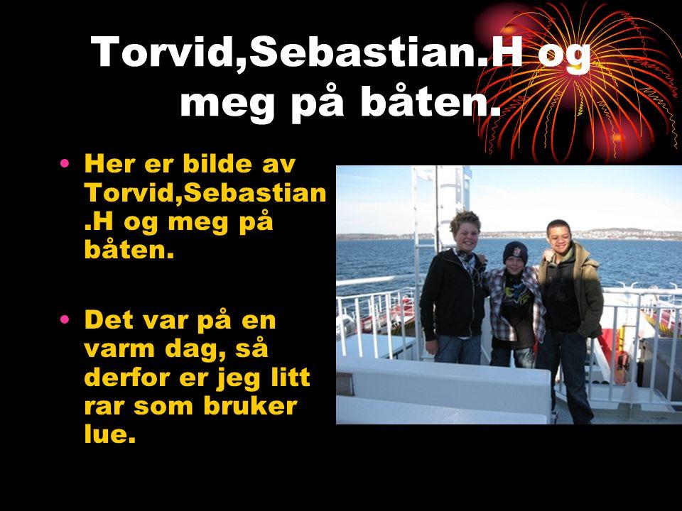 Torvid,Jørgen,Odd og meg ute i robåt.Her er vi og skal ut til en øy.