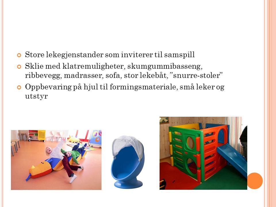 Store lekegjenstander som inviterer til samspill Sklie med klatremuligheter, skumgummibasseng, ribbevegg, madrasser, sofa, stor lekebåt, snurre-stoler Oppbevaring på hjul til formingsmateriale, små leker og utstyr