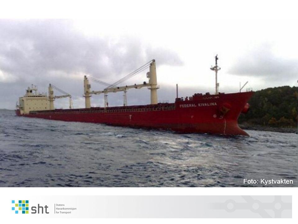 Sammendrag Federal Kivalina gikk på grunn fordi hverken skipets brobesetning eller losen gjenkjente indikasjonene på økende kontrolltap over navigeringen Bakenforliggende sikkerhetsfaktorer knyttet til ulykken: 1.Skipets brobesetning var ikke tilstrekkelig forberedt for den 5 timers lange seilasen fra losmøtestedet til kaia 2.Etter at skipet ankom losmøtestedet på Grip, fungerte ikke broteamet som forutsatt 3.Kriteriene for når det er forsvarlig å legge til kai var overlatt til skipene som ankommer kaianlegget 4.Eier av kaianlegget, skipets agent/terminalrepresentanten og losformidlingstjenesten hadde ikke lagt tilstrekkelig tilrette for oppdraget til losen og skipets brobesetning Havarikommisjonen retter sikkerhetstilrådinger til rederiet, Kystverket og operatøren av kaianlegget