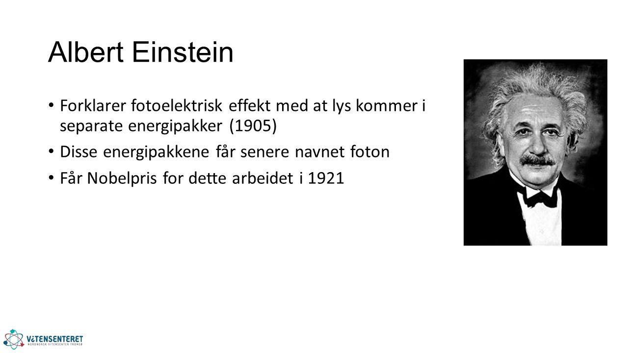 Albert Einstein Forklarer fotoelektrisk effekt med at lys kommer i separate energipakker (1905) Disse energipakkene får senere navnet foton Får Nobelpris for dette arbeidet i 1921