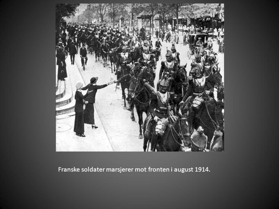 Franske soldater marsjerer mot fronten i august 1914.