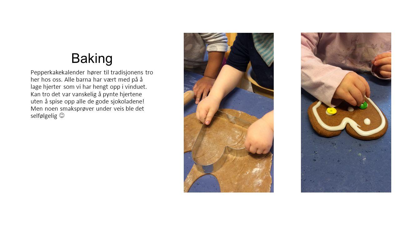 Baking Pepperkakekalender hører til tradisjonens tro her hos oss. Alle barna har vært med på å lage hjerter som vi har hengt opp i vinduet. Kan tro de