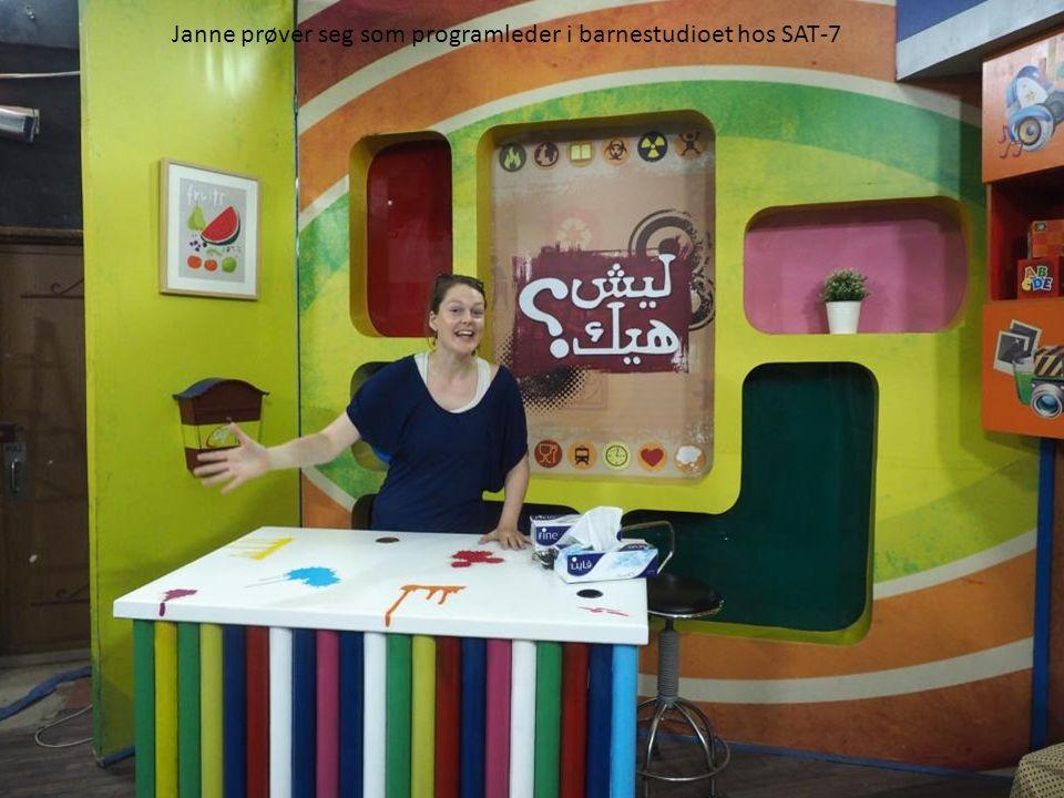 Janne prøver seg som programleder i barnestudioet hos SAT-7