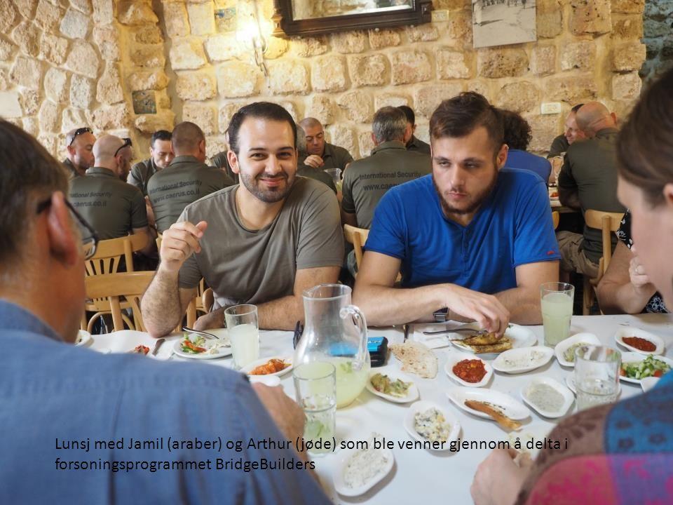 Lunsj med Jamil (araber) og Arthur (jøde) som ble venner gjennom å delta i forsoningsprogrammet BridgeBuilders