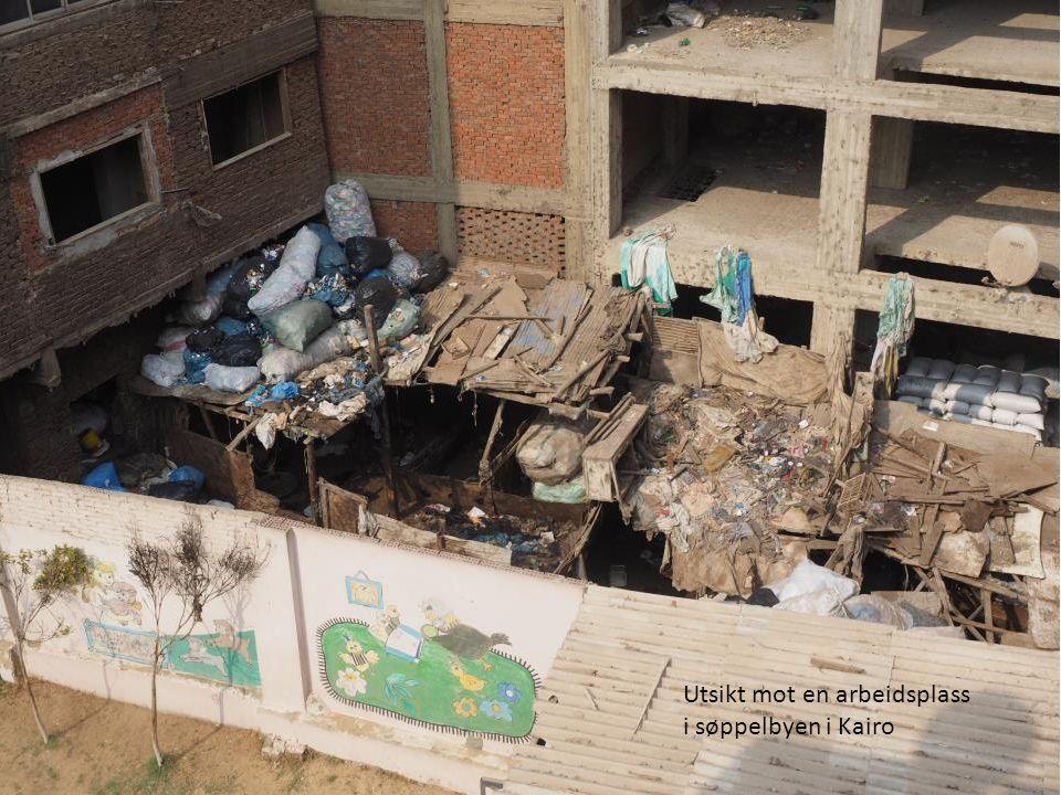 Utsikt mot en arbeidsplass i søppelbyen i Kairo