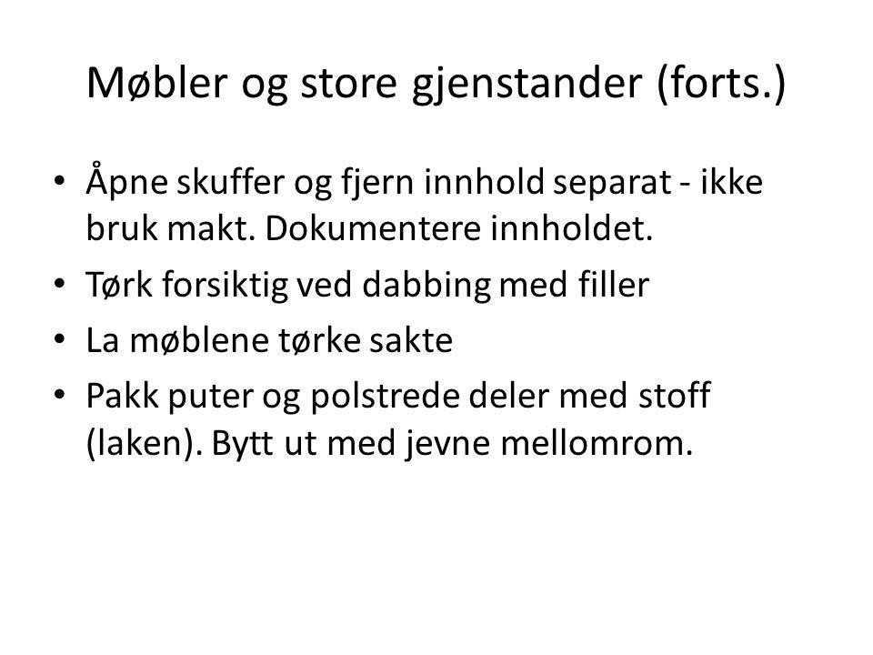 Møbler og store gjenstander (forts.) Åpne skuffer og fjern innhold separat - ikke bruk makt.