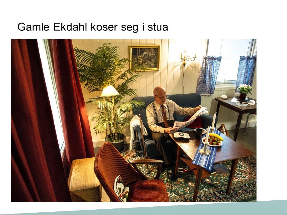 Gamle Ekdahl koser seg i stua