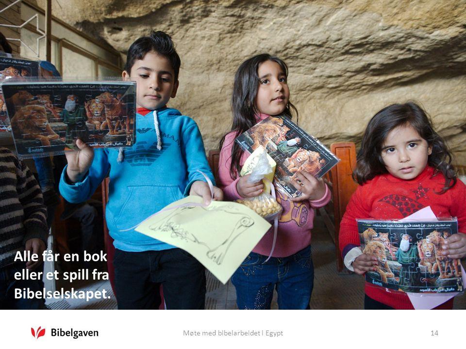 Møte med bibelarbeidet i Egypt14 Alle får en bok eller et spill fra Bibelselskapet.
