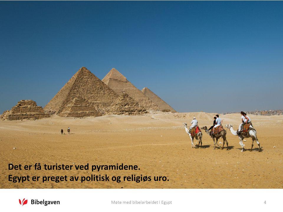 Møte med bibelarbeidet i Egypt4 Det er få turister ved pyramidene. Egypt er preget av politisk og religiøs uro.