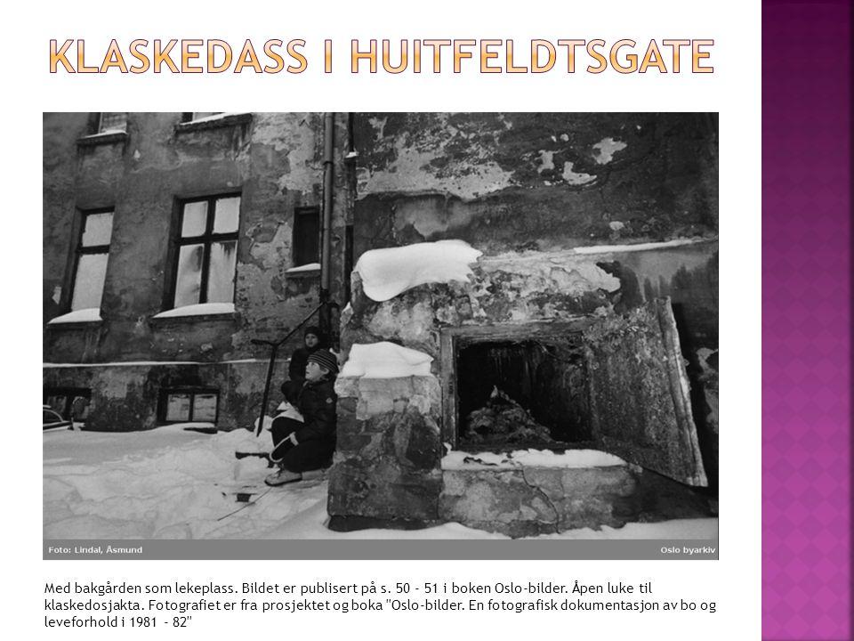 Med bakgården som lekeplass. Bildet er publisert på s. 50 - 51 i boken Oslo-bilder. Åpen luke til klaskedosjakta. Fotografiet er fra prosjektet og bok