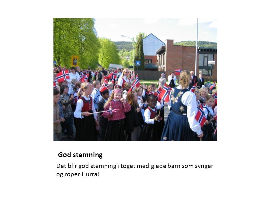 God stemning Det blir god stemning i toget med glade barn som synger og roper Hurra!