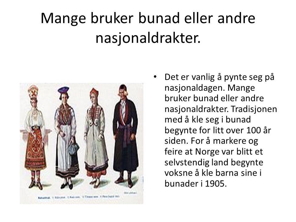 Mange bruker bunad eller andre nasjonaldrakter. Det er vanlig å pynte seg på nasjonaldagen.