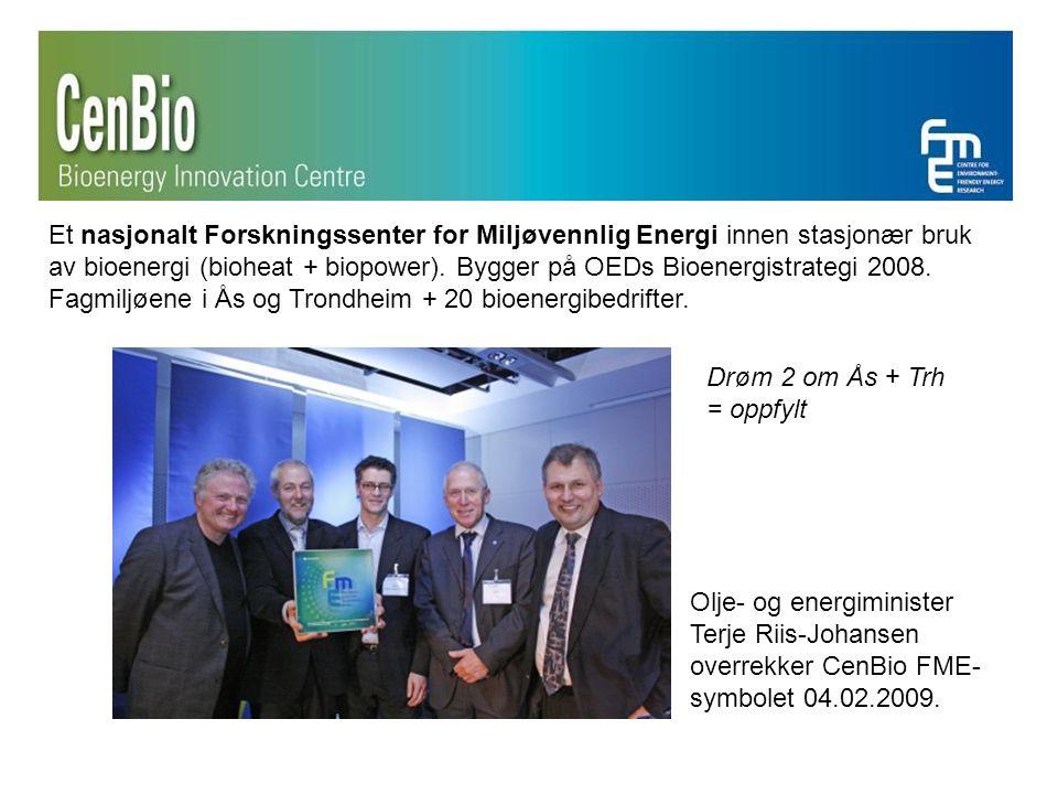 Olje- og energiminister Terje Riis-Johansen overrekker CenBio FME- symbolet 04.02.2009.