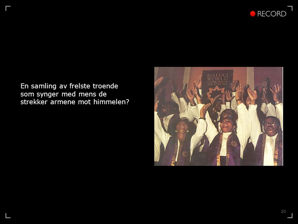 20 En samling av frelste troende som synger med mens de strekker armene mot himmelen
