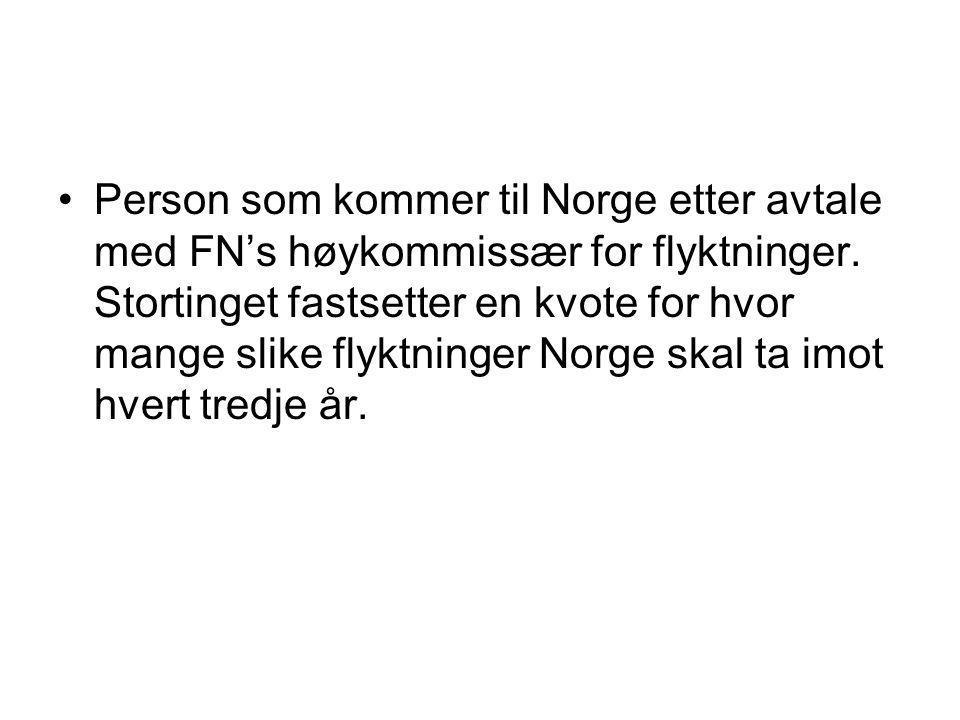 •Person som kommer til Norge etter avtale med FN's høykommissær for flyktninger. Stortinget fastsetter en kvote for hvor mange slike flyktninger Norge