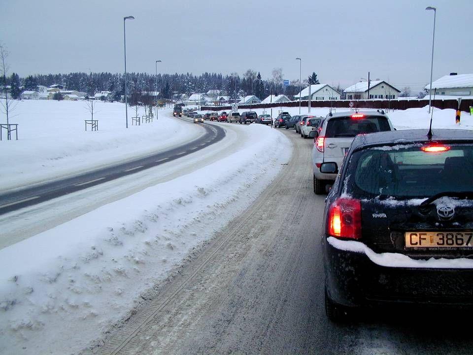 Manglende trafikk- og parkeringsplanlegging Forholdene er i dag elendige og utbygging på Husebyjordet ville gjøre det enda verre.