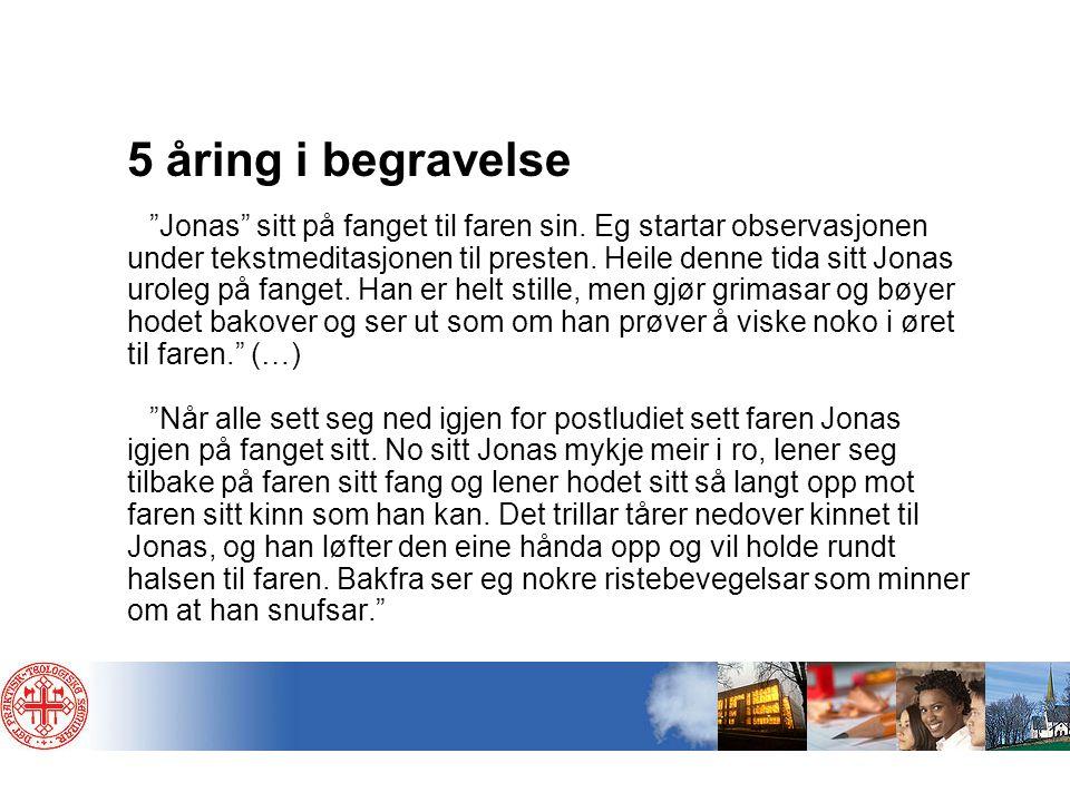 """5 åring i begravelse """"Jonas"""" sitt på fanget til faren sin. Eg startar observasjonen under tekstmeditasjonen til presten. Heile denne tida sitt Jonas u"""