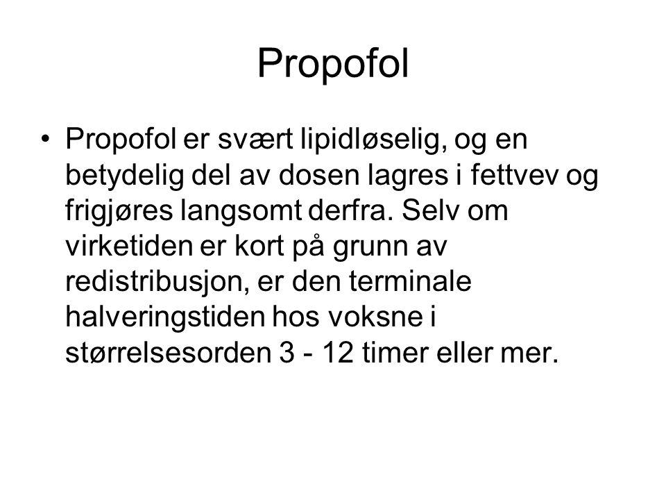 Propofol •Propofol er svært lipidløselig, og en betydelig del av dosen lagres i fettvev og frigjøres langsomt derfra. Selv om virketiden er kort på gr