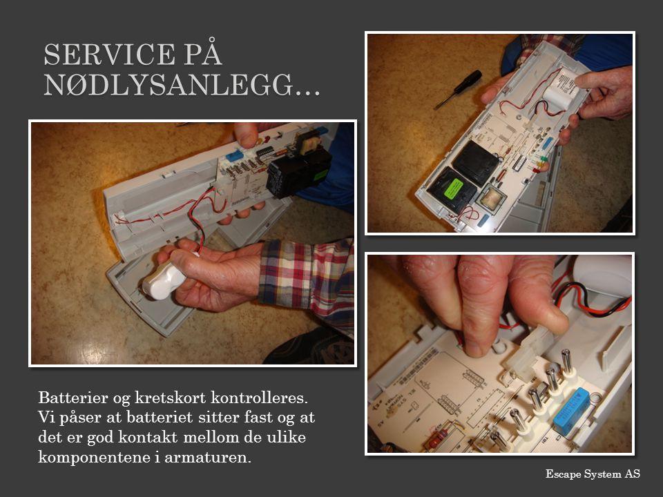 SERVICE PÅ NØDLYSANLEGG… Batterier og kretskort kontrolleres. Vi påser at batteriet sitter fast og at det er god kontakt mellom de ulike komponentene