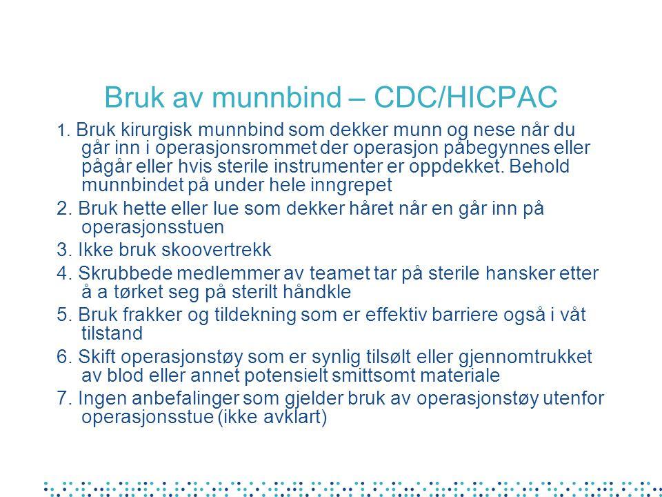 Bruk av munnbind – CDC/HICPAC 1. Bruk kirurgisk munnbind som dekker munn og nese når du går inn i operasjonsrommet der operasjon påbegynnes eller pågå