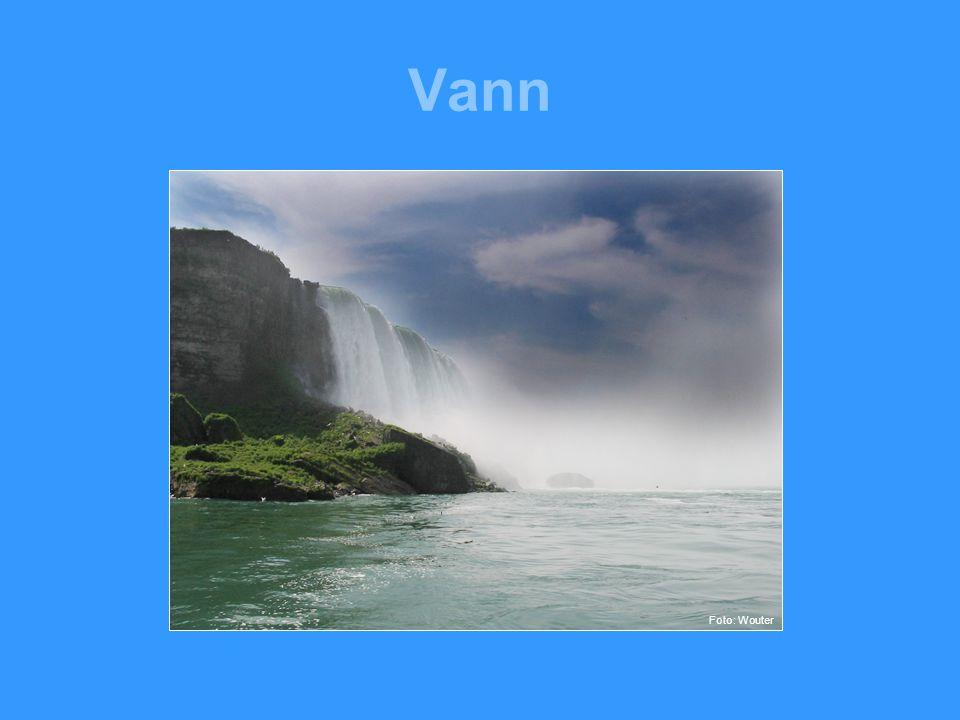 Vann •Vann er det vanligste stoffet på jordens overflate.