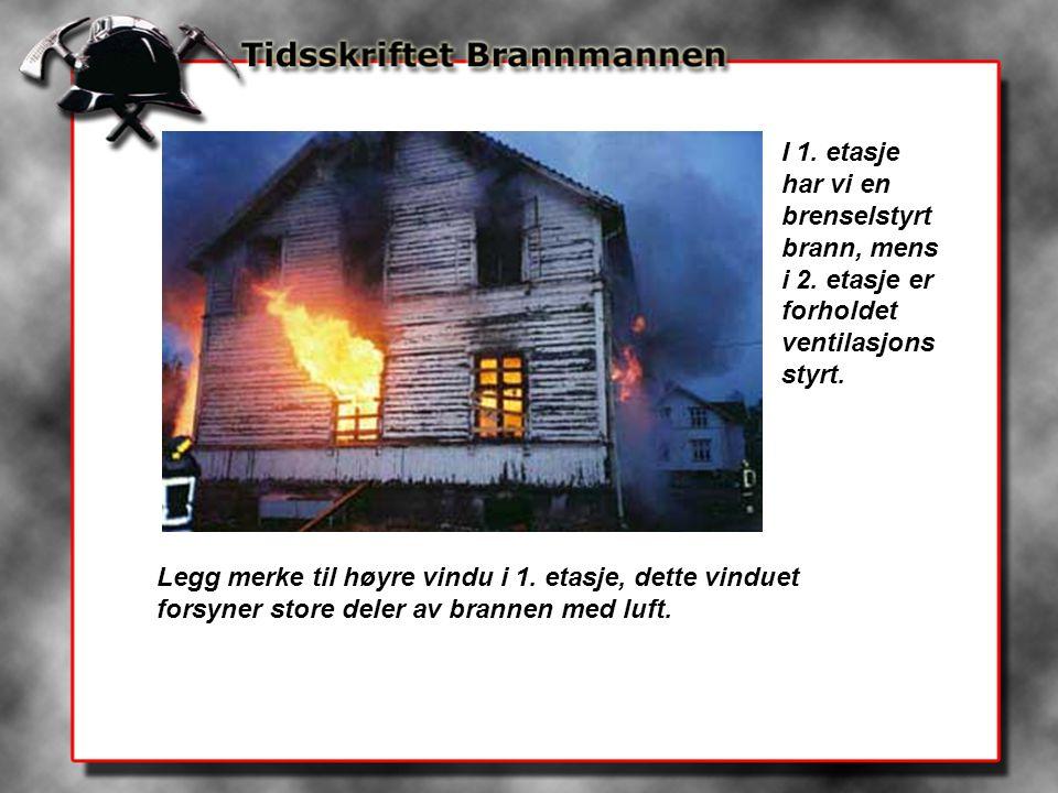 I 1. etasje har vi en brenselstyrt brann, mens i 2. etasje er forholdet ventilasjons styrt. Legg merke til høyre vindu i 1. etasje, dette vinduet fors