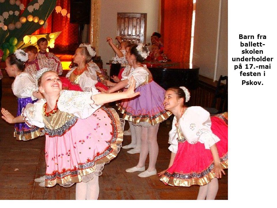 Barn fra ballett- skolen underholder på 17.-mai festen i Pskov.
