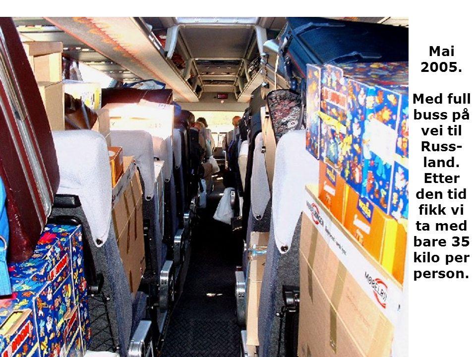 Mai 2005. Med full buss på vei til Russ- land. Etter den tid fikk vi ta med bare 35 kilo per person.