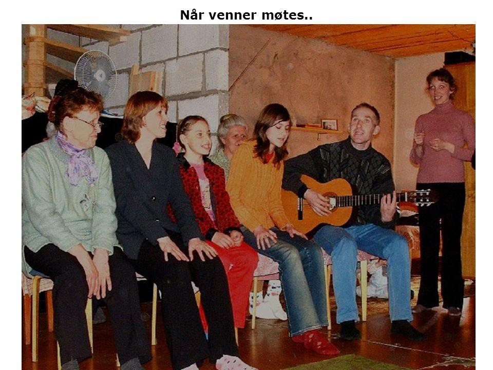 Nina synger salmen: Når fred som en flod fyller hele mitt sinn.. Vi var en liten gruppe på besøk i en leilighet.