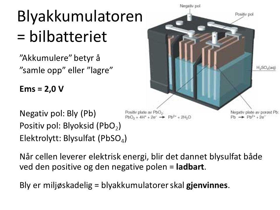 """Blyakkumulatoren = bilbatteriet """"Akkumulere"""" betyr å """"samle opp"""" eller """"lagre"""" Ems = 2,0 V Negativ pol: Bly (Pb) Positiv pol: Blyoksid (PbO 2 ) Elektr"""