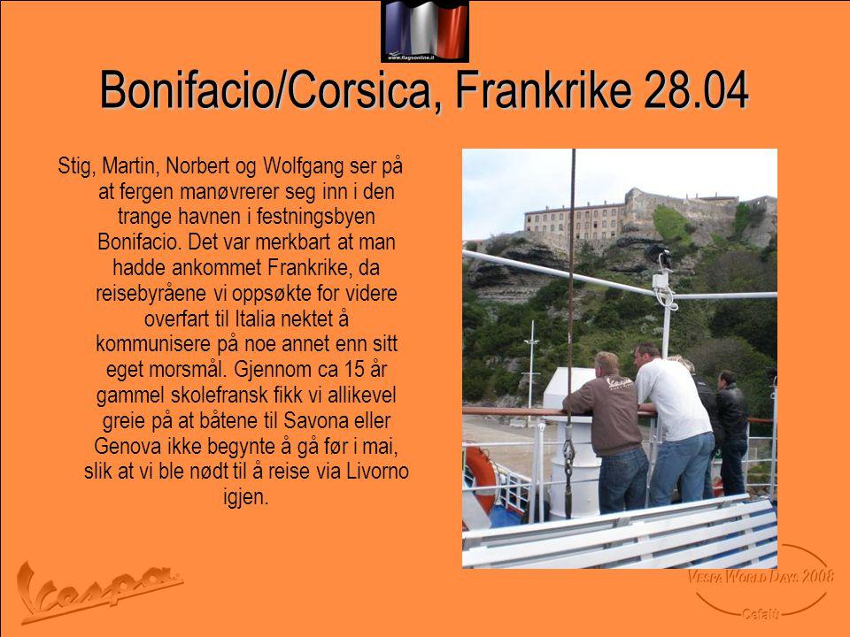 Bonifacio/Corsica, Frankrike 28.04 Stig, Martin, Norbert og Wolfgang ser på at fergen manøvrerer seg inn i den trange havnen i festningsbyen Bonifacio.