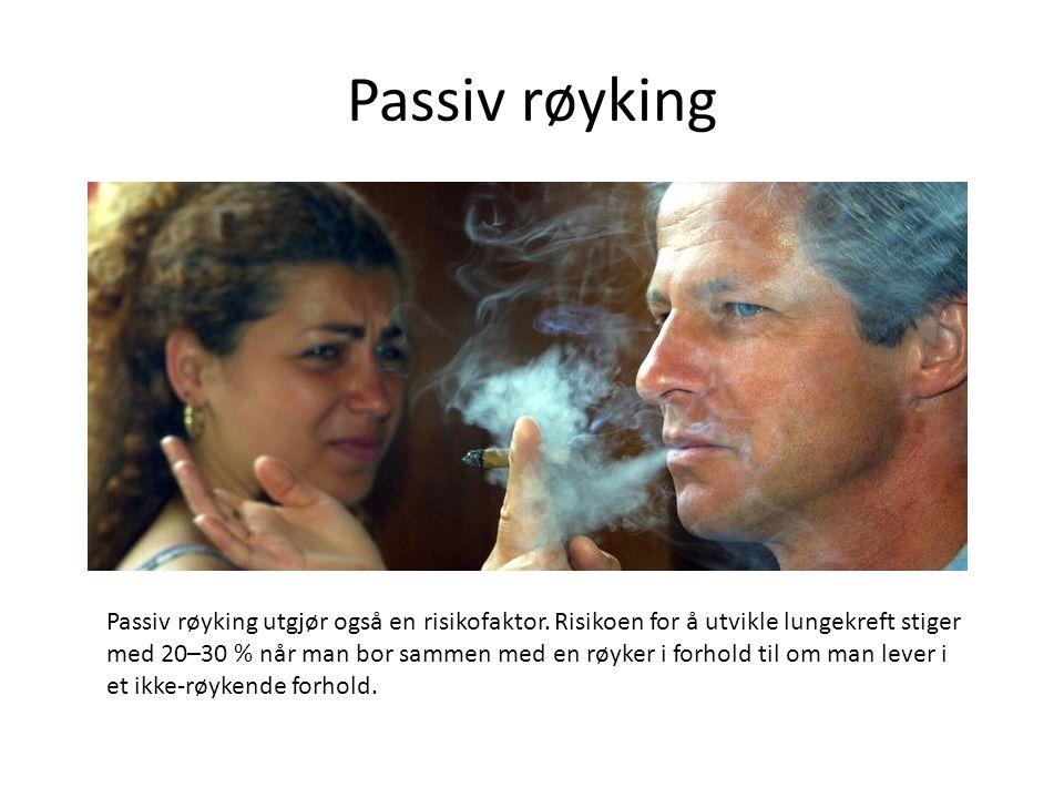 Passiv røyking Passiv røyking utgjør også en risikofaktor. Risikoen for å utvikle lungekreft stiger med 20–30 % når man bor sammen med en røyker i for