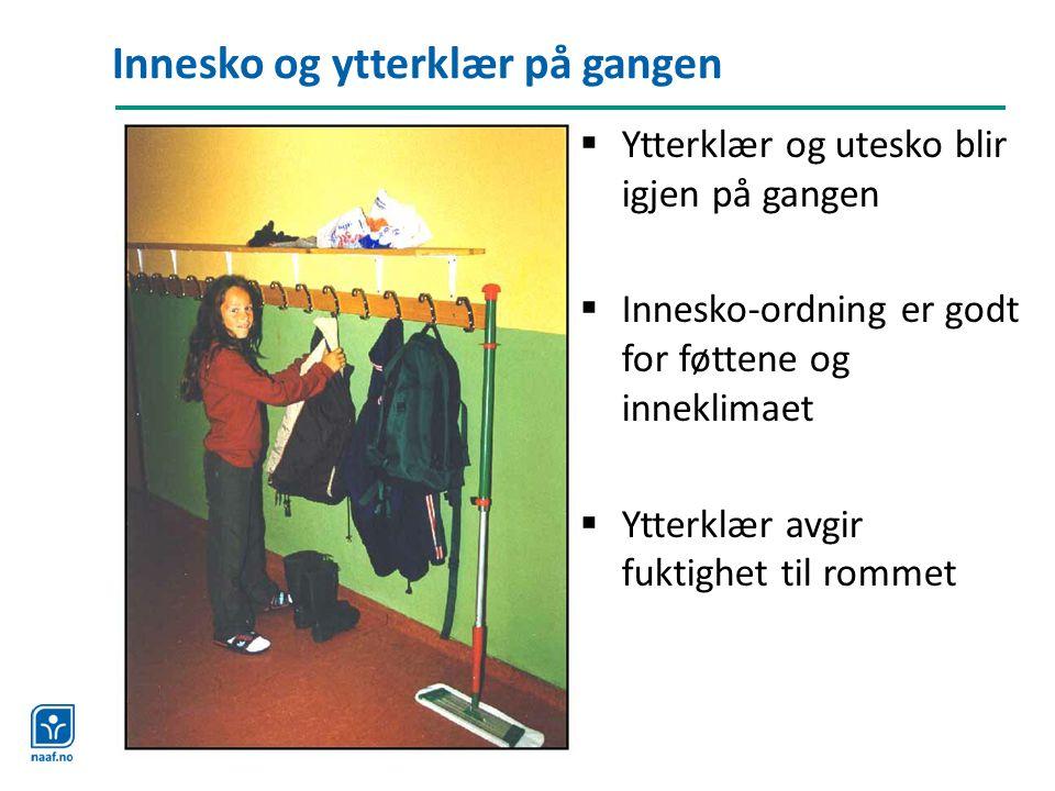Innesko og ytterklær på gangen  Ytterklær og utesko blir igjen på gangen  Innesko-ordning er godt for føttene og inneklimaet  Ytterklær avgir fukti