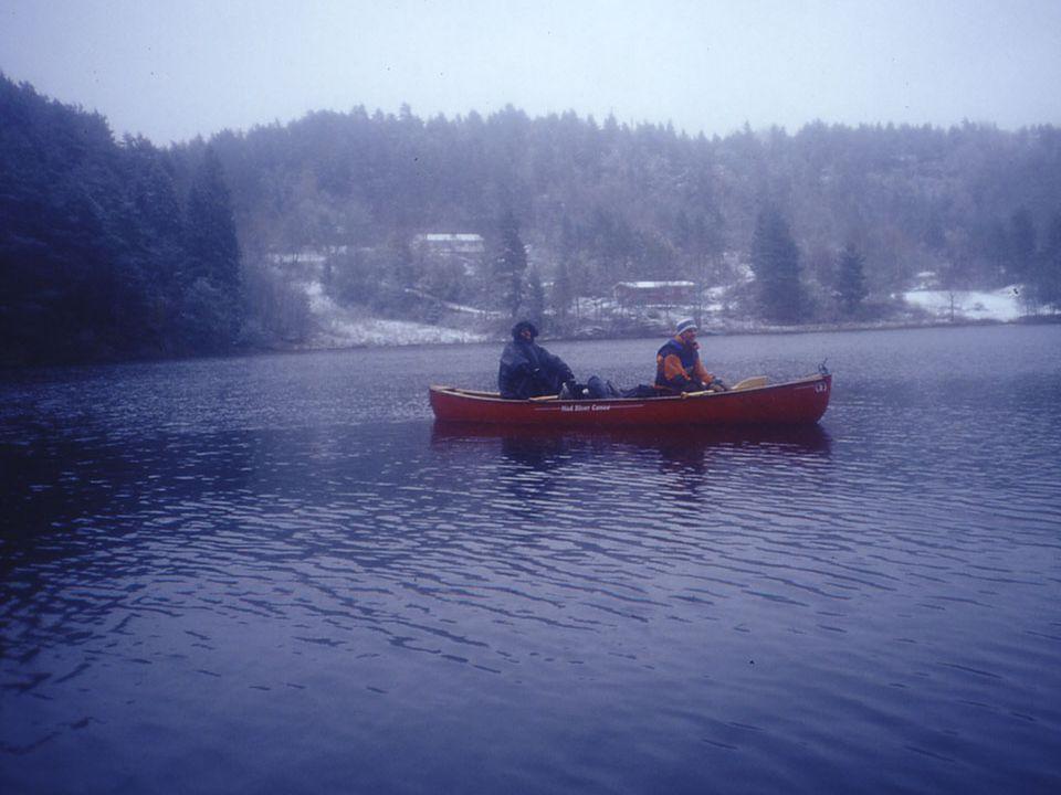 Billedtekst: Ikke så lett å ha bål i kanoen. Derfor måtte vi i land for å gjøre knebøy innimellom.
