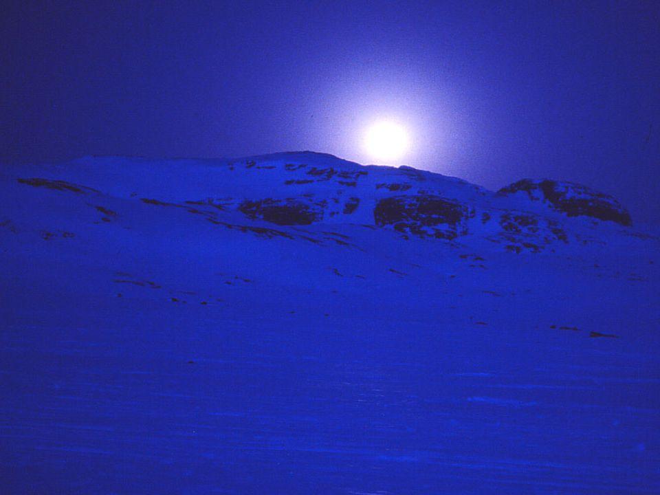Billedtekst: Fullmånen går ned på skjærtorsdag, og jeg har nettopp startet fra Finse stasjon.