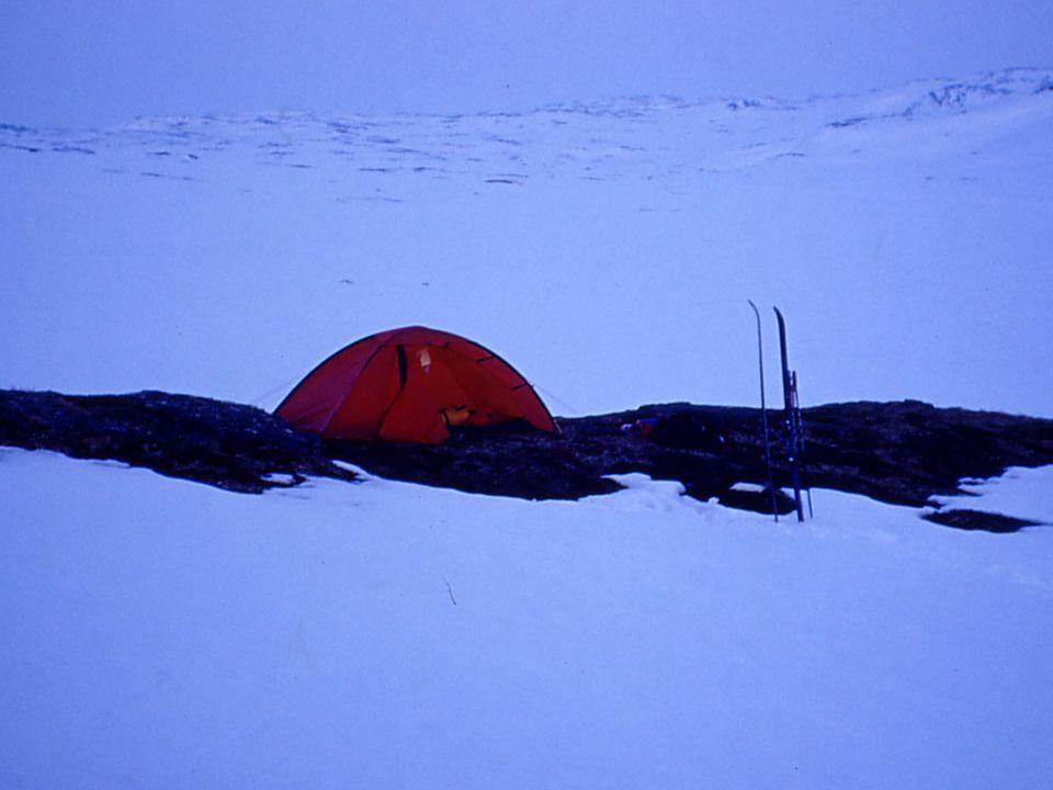 Billedtekst: Årets første overnatting i telt på barmark.