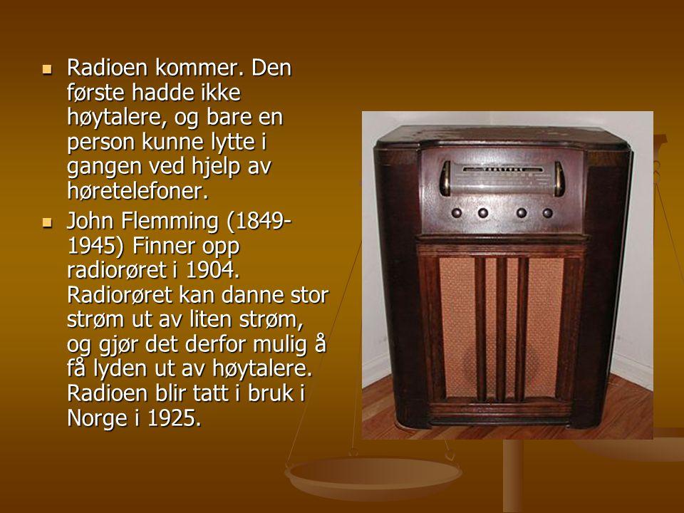  Radioen kommer. Den første hadde ikke høytalere, og bare en person kunne lytte i gangen ved hjelp av høretelefoner.  John Flemming (1849- 1945) Fin