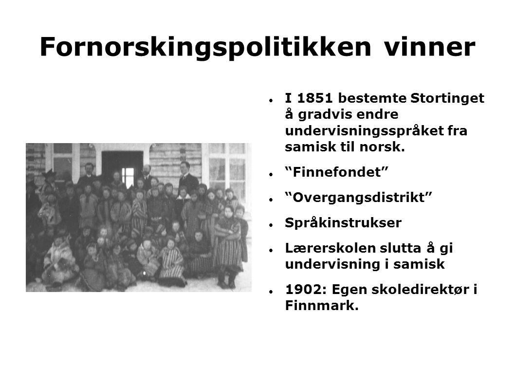 """Fornorskingspolitikken vinner  I 1851 bestemte Stortinget å gradvis endre undervisningsspråket fra samisk til norsk.  """"Finnefondet""""  """"Overgangsdist"""
