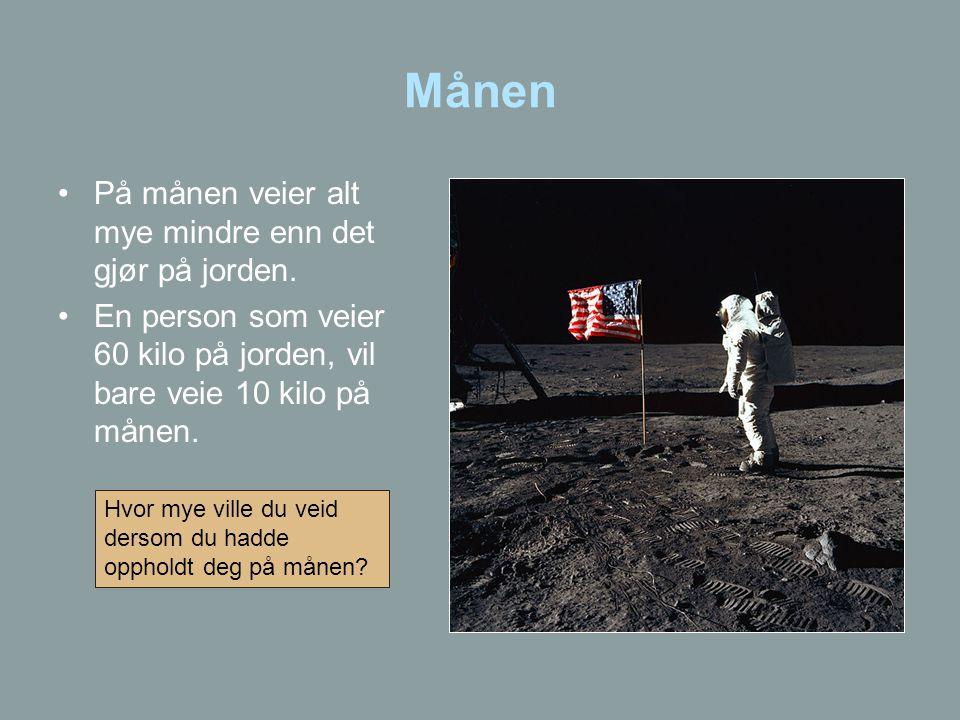 Månen •På månen veier alt mye mindre enn det gjør på jorden. •En person som veier 60 kilo på jorden, vil bare veie 10 kilo på månen. Hvor mye ville du