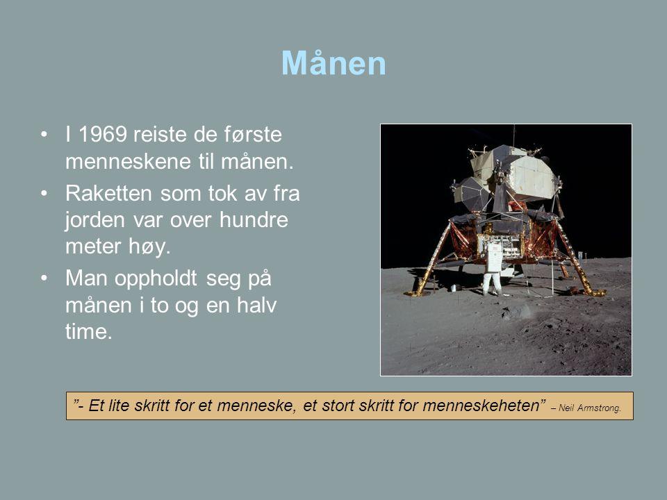 Månen •I 1969 reiste de første menneskene til månen. •Raketten som tok av fra jorden var over hundre meter høy. •Man oppholdt seg på månen i to og en
