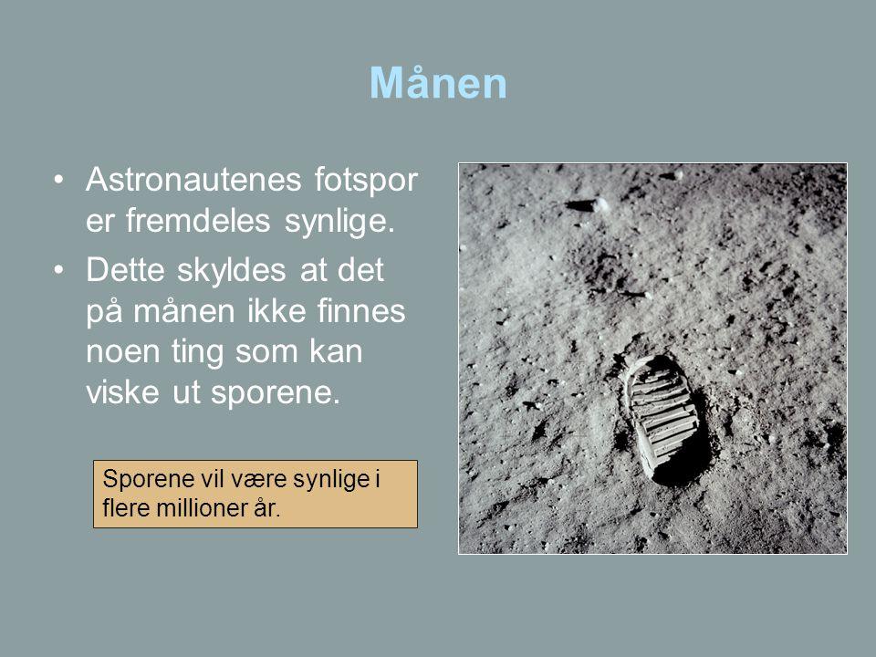 Månen •Astronautenes fotspor er fremdeles synlige. •Dette skyldes at det på månen ikke finnes noen ting som kan viske ut sporene. Sporene vil være syn