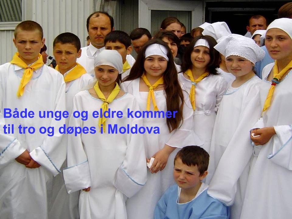 Både unge og eldre kommer til tro og døpes i Moldova