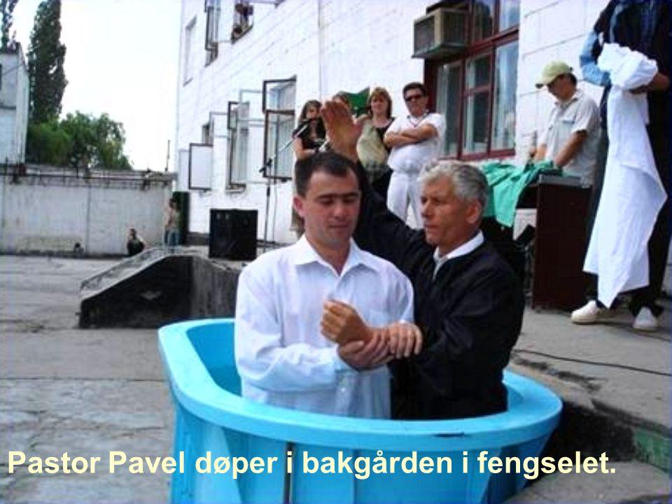 Pastor Pavel døper i bakgården i fengselet.