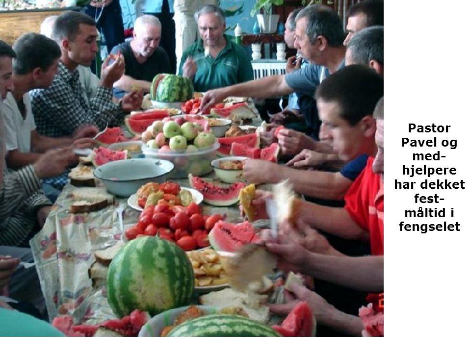 Pastor Pavel og med- hjelpere har dekket fest- måltid i fengselet