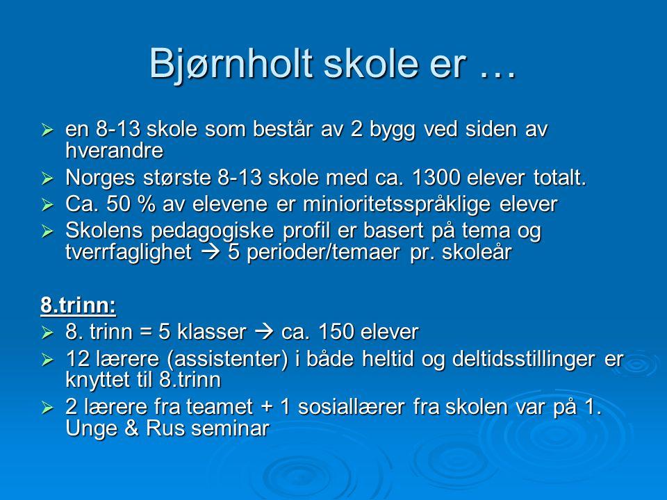 Bjørnholt skole er …  en 8-13 skole som består av 2 bygg ved siden av hverandre  Norges største 8-13 skole med ca. 1300 elever totalt.  Ca. 50 % av
