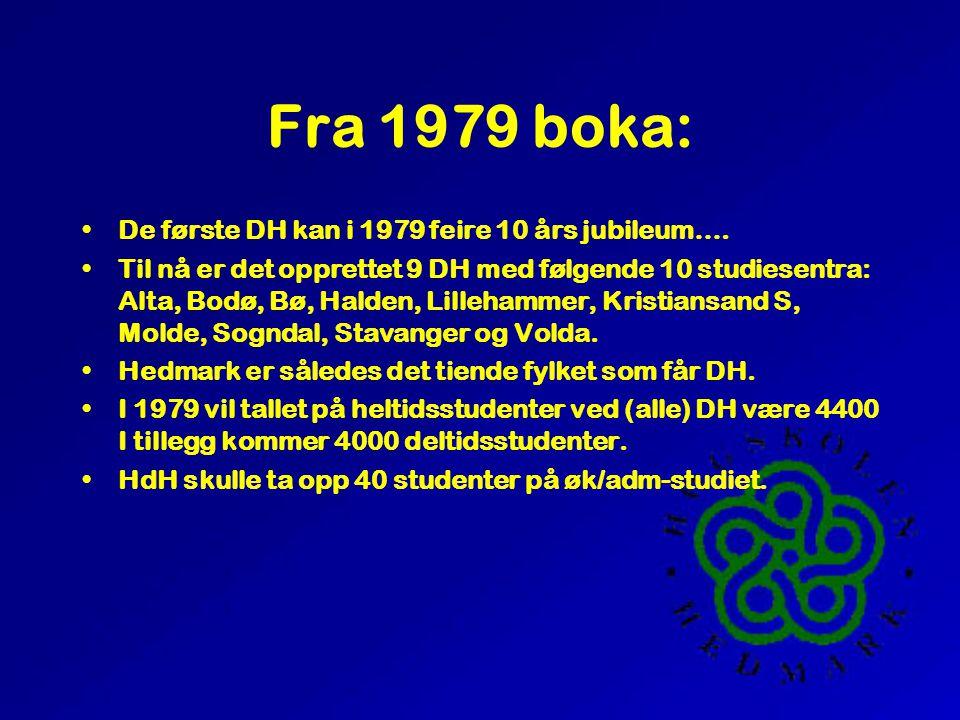 Fra 1979 boka: •De første DH kan i 1979 feire 10 års jubileum…. •Til nå er det opprettet 9 DH med følgende 10 studiesentra: Alta, Bodø, Bø, Halden, Li