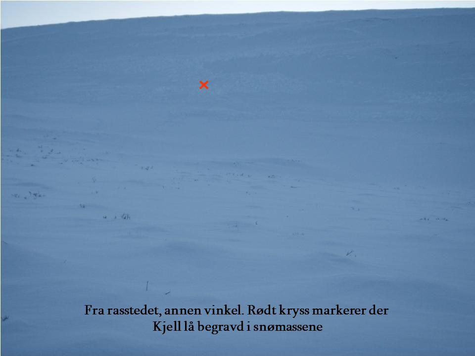 Fra rasstedet, annen vinkel. Rødt kryss markerer der Kjell lå begravd i snømassene
